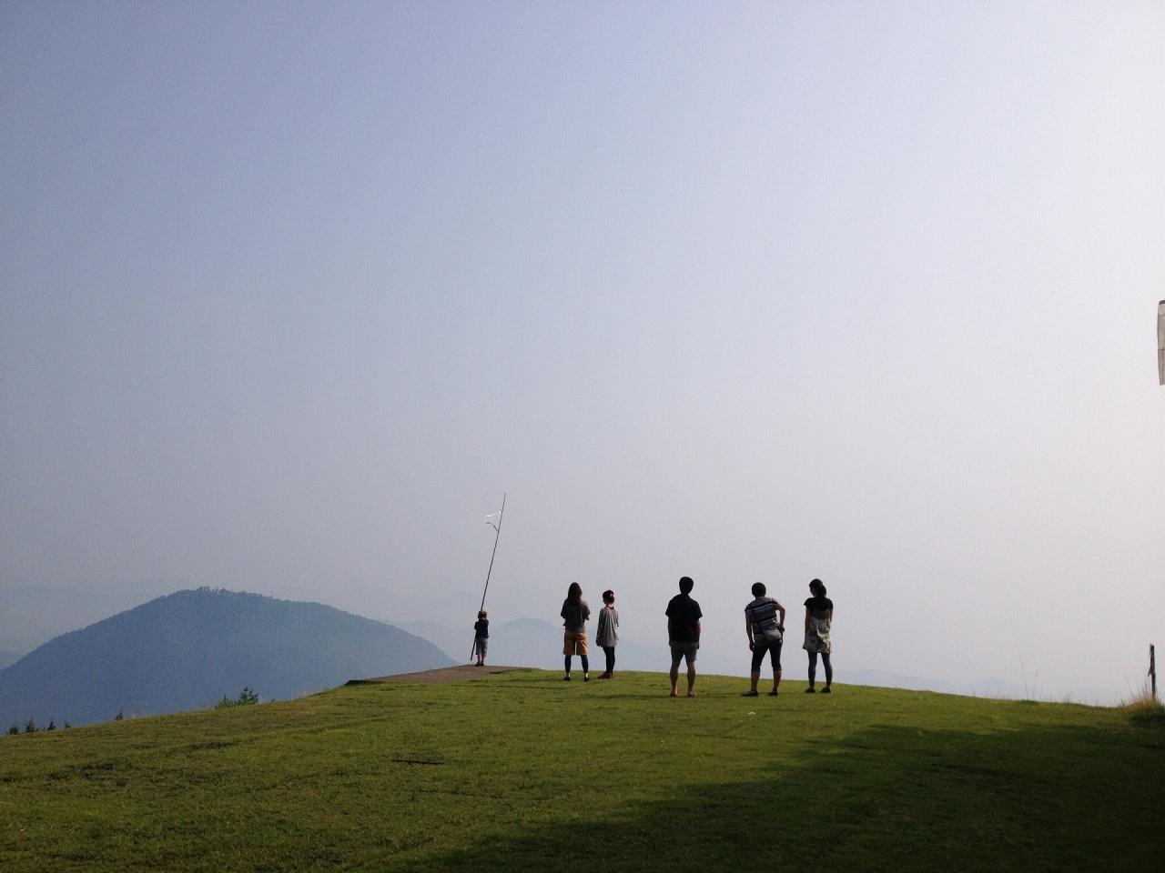 岩屋山の風景 風景を見てたたずむ人々