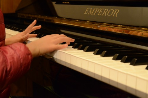 最初に弾いてもらったのは、ピアノを習っている娘に弾いてもらいました。