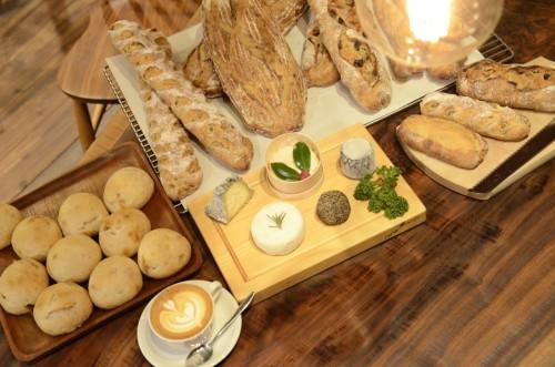 目の前にあるのは、チーズとパンとコーヒー
