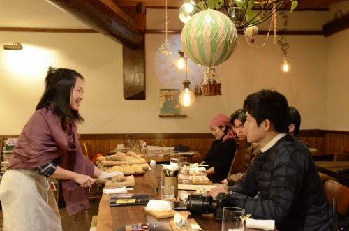 バトンタッチ。塚本久美氏は、まず、私のパンを食べてと言う。