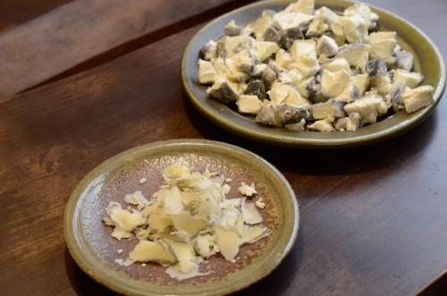 竹炭のチーズ。手前は3ヶ月熟成。奥3週間熟成。